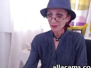 Skinny granny in webcam show her weet pussy