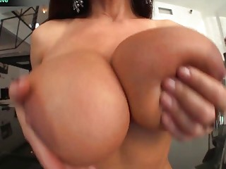 Big breasted MILF Lisa Ann shows why shes the best