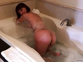 Amateur girlfriend sucks hard cock in the jacuzzi while relaxing